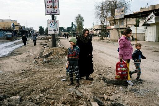Des Irakiens fuient leurs habitations alors qu'une opération militaire contre l'EI se déroule à Mossoul, le 8 janvier 2017 © Dimitar DILKOFF AFP
