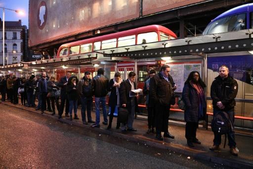 Des Londoniens font la queue à la station de bus de Victoria, le 9 janvier 2017 lors d'une grève du métro © Justin TALLIS AFP