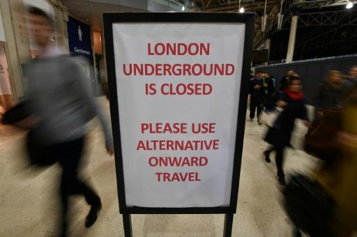 Panneau d'information à la station Waterloo signalant la fermeture du métro, le 9 janvier 2017 à Londres © BEN STANSALL AFP