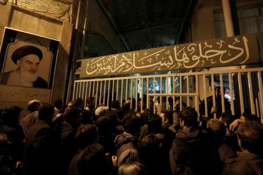 Des Iraniens rassemblés devant la mosquée Jamaran, le 8 janvier 2017 à Téhéran, après le décès de l'ancien président Akbar Hachémi Rafsandjani © ATTA KENARE AFP