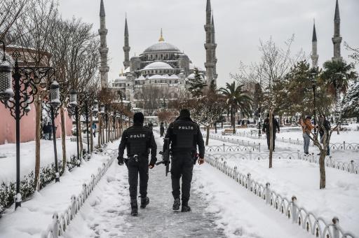 Une vague de froid et de neige a touché Istanbul, où des policiers patrouillent devant la Mosquée bleue, le  8 janvier 2017 © OZAN KOSE AFP