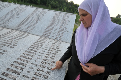 """Hatidza Mehmedovic, présidente d'une association des """"mères de Srebrenica"""", devant le mémorial aux victimes du massacre de 1995, le 26 mai 2011 à Srebrenica © ELVIS BARUKCIC AFP"""