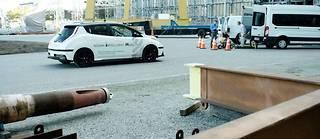 Pendant encore longtemps, les voitures autonomes auront des difficultés à gérer des situations imprévues, Nissan prévoit alors qu'un opérateur humain puisse en prendre le contrôle à distance.