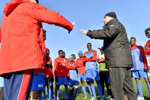 L'ancien entraîneur du Stade Malherbe de Caen, Pascal Théault, lors d'une séance d'entraînement avec des migrants le 4 janvier 2017 à Saint-Brévin © LOIC VENANCE AFP