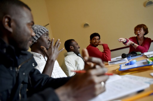 Des cours de français donnés par des bénévoles à des migrants le 4 janvier 2017 à Saint-Brévin © LOIC VENANCE AFP