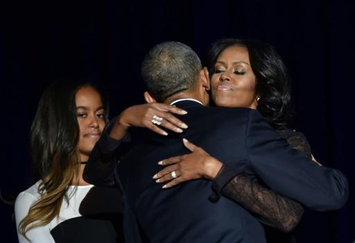 Michelle Obama serre dans ses bras son mari Barack Obama, aux côtés de leur fille Malia, après son discours d'adieu, le 10 janvier 2017 à Chicago © Nicholas Kamm                        AFP