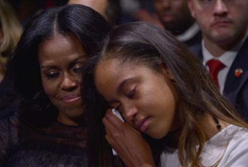 Michelle Obama enlace sa fille Malia qui essuie quelques larmes pendant le discours d'adieu de Barack Obama, le 10 janvier 2017 à Chicago © Nicholas Kamm                        AFP