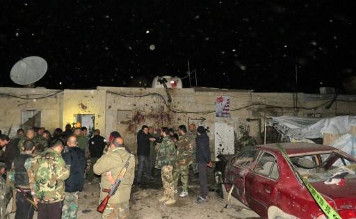 Des soldats syriens sur les lieux d'un attentat suicide à Kafr Sousa, le 12 janvier 2017 à Damas © STRINGER AFP