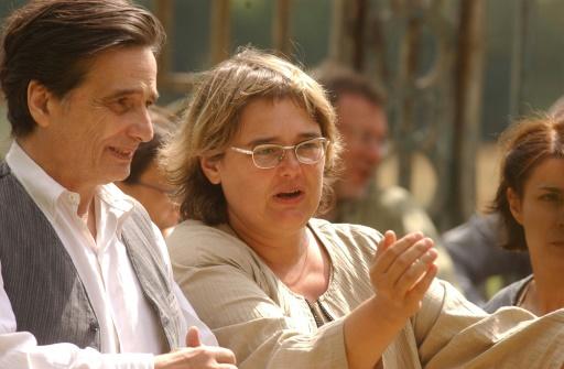"""La réalisatrice Dominique Cabrera donne des indications au comédien Jean-Pierre Léaud, sur le tournage du film """"La folle embellie"""", le 24 juillet 2002, à l'Hôpital de Saint-Gemmes-sur-Loire © FRANK PERRY AFP/Archives"""
