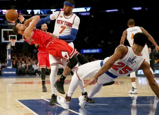 Passage en force de Michael Carter-Williams (Chicago Bulls) face à Derrick Rose, le 12 janvier 2017 lors du match des New York Knicks au Madison Square Garden © ELSA Getty/AFP