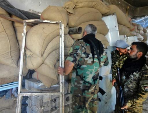 Des soldats syriens le 12 novembre 2016 à Houwayqa assiégé par le groupe EI près de Deir Ezzor © Ayham al-Mohammad AFP