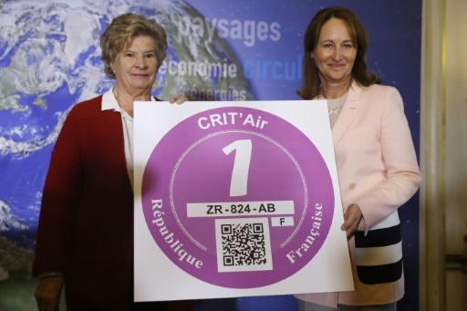 """La ministre de l'Environnement, Ségolène Royal (d), présente la vignette """"Crit'Air"""", le 5 janvier 2017 à Paris © PATRICK KOVARIK AFP/Archives"""