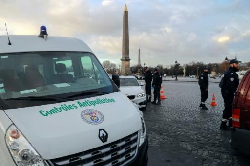 Contrôle de police dans le cadre des opérations anti-pollution, le 10 janvier 2017 à Paris © JACQUES DEMARTHON AFP/Archives