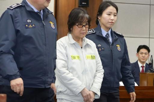 Choi Soon-Sil (c), accusée de corruption, à son arrivée au tribunal  de Séoul, le 5 janvier 2017 © Chung Sung-Jun POOL/AFP/Archives