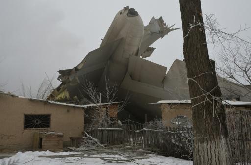 Un avion-cargo turc s'est écrasé sur des habitations le 16 janvier 2017  près de l'aéroport de Bichkek, au Kirghizstan  © Vyacheslav OSELEDKO AFP