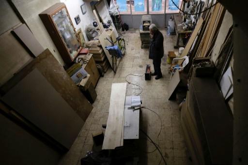 Le dernier fabricant de cercueil artisanal de Tripoli, au Liban, Michel Homsi, dans son atelier le 21 décembre 2016 © IBRAHIM CHALHOUB AFP
