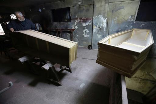A Tripoli au Liban, le dernier fabricant de cercueil artisanal de la ville, Michel Homsi, en plein travail, le 21 décembre 2016 © IBRAHIM CHALHOUB AFP