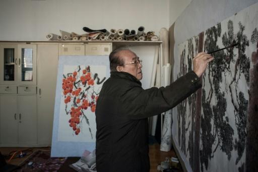 L'artiste Lee Gyung-Lan dans sont atelier des Studios artistiques de Mansudae, à Pyongyang le 29 novembre 2016 © Ed JONES AFP