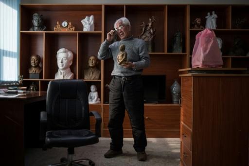 Le sculpteur Ro Ik-Hwa dans son atelier des Studios artistiques de Mansudae à Pyongyang le 29 novembre 2016 © Ed JONES AFP