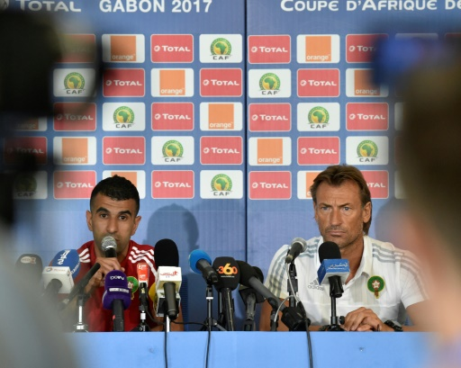 Le milieu de terrain marocain Mounir Obbadi et le sélectionneur Hervé Renard en conférence de presse, le 15 janvier 2017 à Oyem au Gabon © ISSOUF SANOGO AFP
