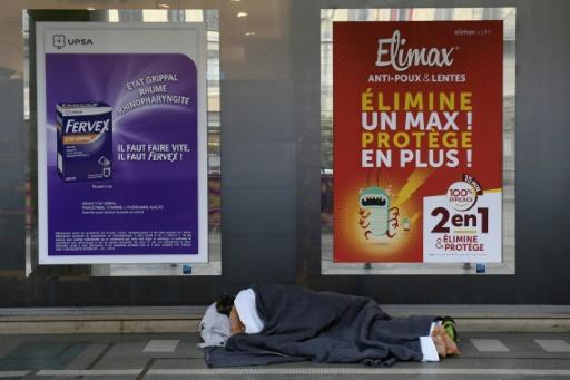 Un sans-abri dort dans une rue de Lyon, le 16 janvier 2017, au début d'une vague de froid © PHILIPPE DESMAZES AFP