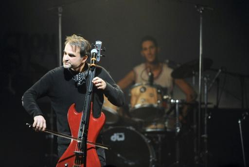 Le violoncelliste Vincent Segal sur la scène du Bataclan, à Paris, le 24 janvier 2010 © MIGUEL MEDINA AFP/Archives