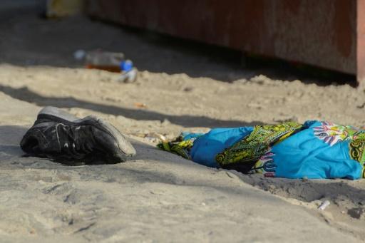Une chaussure sur la plage voisine de la discothèque Blue Parrot, à Playa del Carmen au Mexique, le 16 janvier 2017. © STR AFP