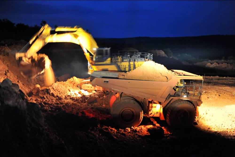 Un camion d'extraction de la Compagnie des Bauxites de Guinée (CBG), dans une mine de bauxite à Sangaredi, en octobre 2008. © GEORGES GOBET GEORGES GOBET / AFP