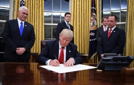 Trump s\u0027installe à la Maison Blanche et signe son 1er décret