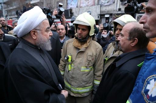 Le président iranien Hassan Rohani vient apporter son soutien aux équipes de secours après l'effondrement d'un immeuble, le 21 janvier 2017 à Téhéran ©  Présidence iranienne/AFP