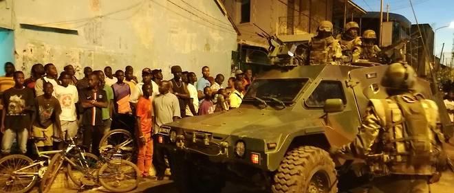 Les troupes armées de la Cedeao entrant dans Banjul.