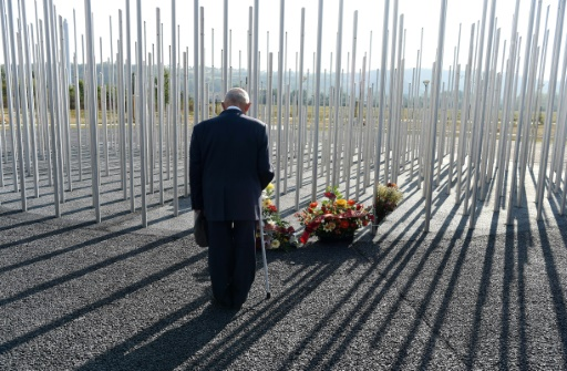 Un homme se recueille le 21 septembre 2016 devant un monument à la mémoire des victimes de l'explosion sur le site de l'usine chimique AZF à Toulouse après l'explosion le 21 septembre 2001  © ERIC CABANIS AFP/Archives