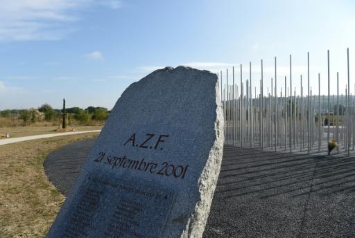 Une pierre tombale portant les noms des victimes de l'explosion de l'usine chimique AZF à Toulouse, photographiée le 21 septembre 2016 © ERIC CABANIS AFP
