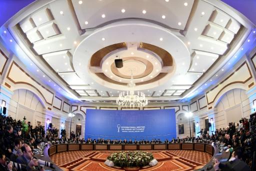 Les représentants des rebelles syriens et ceux du régime syrien lors de la première session des pourparlers de paix, le 23 janvier 2017 à Astana, au Kazakhstan © Kirill KUDRYAVTSEV AFP