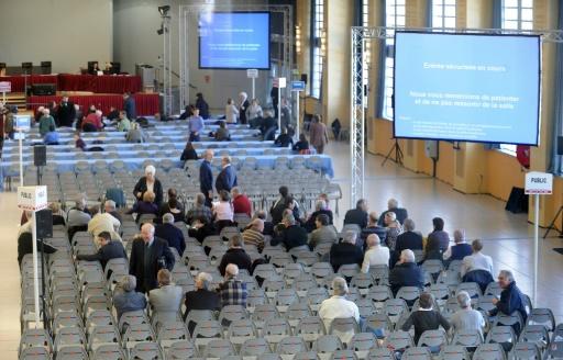 Des personnes s'installent dans l'immense salle Jean-Mermoz de Toulouse le 10 mars 2009, où se tient le premier procès correctionnel de l'explosion de l'usine AZF © ERIC CABANIS AFP/Archives