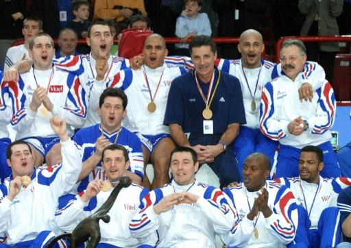 """Les """"Costauds"""" sacrés champions du monde après leur victoire sur la Suède, le 4 février 2001 à Paris © PATRICK KOVARIK AFP/Archives"""