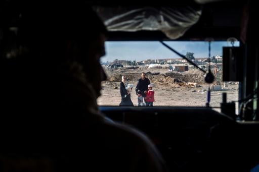 Une famille fuyant Mossoul croise un véhicule des forces irakiennes, le 8 janvier 2017 © Dimitar DILKOFF AFP