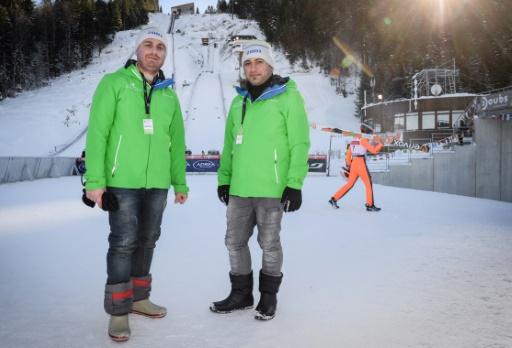 Raad et Wissam Hadaya, deux Irakiens réfugiés en France, oeuvrent comme bénévoles à la Coupe du monde de combiné nordique de Chaux-Neuve (Doubs), le 21 janvier 2017  © Sébastien BOZON AFP