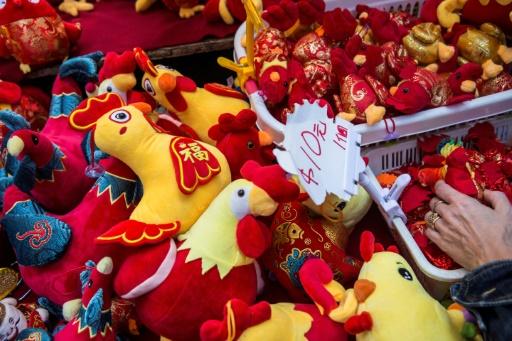 Des peluches vendues sur un étal à Hong Kong pour le début de l'année du Coq le 21 janvier 2017 © ISAAC LAWRENCE AFP/Archives
