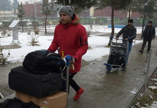 Des jeunes Afghans expulsés d'Allemagne, à leur arrivée le 24 janvier 2017 à l'aéroport de Kaboul © WAKIL KOHSAR AFP