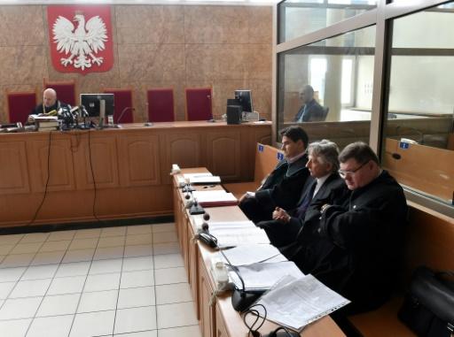 Roman Polanski devant un tribunal de Cracovie, qui examine la demande d'extradition des Etats-Unis, le 22 septembre 2015, entouré de ses avocats © JACEK BEDNARCZYK PAP/AFP/Archives