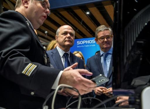 Le ministre de l'Intérieur Bruno Le Roux (c), le 24 janvier 2017 au Forum international de la cybersécurité à Lille © PHILIPPE HUGUEN AFP