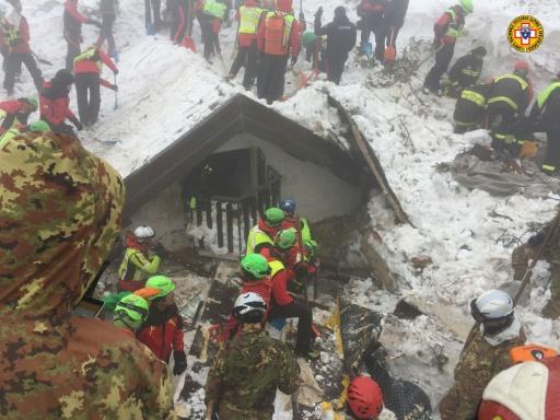 Le 23 janvier 2017, les secouristes du Corps national de secours alpin et spéléologique continuent de chercher des survivants dans l'hôtel Rigopiano, dévasté le 18 janvier par une avalanche dans le centre de l'Italie près du village de Farindola © Handout CNSAS/AFP