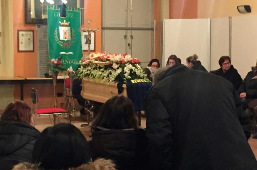 A Farindola, à quelques kilomètres en contrebas de l'hôtel, plusieurs dizaines de personnes ont participé le 23 janvier 2017, aux funérailles d'Alessandro Giancaterino, le maître d'hôtel dont le corps avait été l'un des premiers retrouvés © STR AFP