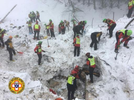 Les secouristes à l'oeuvre, le 23 janvier 2017, dans les décombres de l'hôtel Rigopiano à Farindola, en Italie © Handout CNSAS/AFP