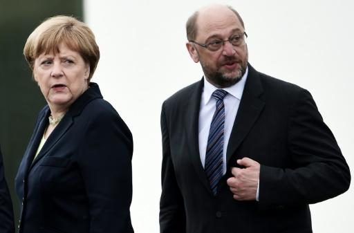 La chancelière Angela Merkel (G) et l'ex-président du Parlement européen Martin Schulz, le 29 mai 2016 à Douaumont dans le nord-est de la France © FREDERICK FLORIN AFP/Archives