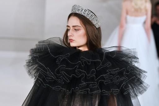 Un mannequin présente une création d'Alexis Mabille lors du défilé des modèles de haute couture printemps/été à Parsi le 24 janvier 2017 © ALAIN JOCARD AFP