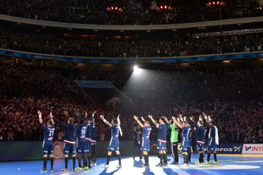 Les handballeurs français fêtent leur qualification pour les demi-finales du Mondial en faisant un clapping avec les supporters, le 24 janvier 2017 à Villeneuve d'Ascq © Philippe HUGUEN AFP