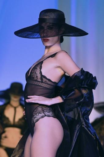 Quatorze marques françaises, dont Chantelle, Maison Lejaby, Simone Pérèle ou Aubade, ont uni leurs forces pour un défilé en marge de la Fashion Week à Paris, le 22 janvier 2017 © ALAIN JOCARD AFP