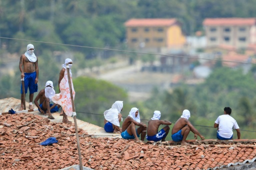 Des prisonniers sur le toit de la prison d'Alcacuz, lors d'une émeute le 18 janvier 2017 au Brésil © ANDRESSA ANHOLETE AFP/Archives